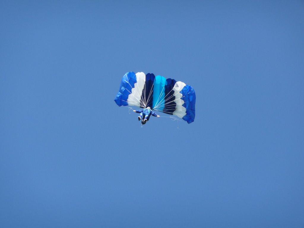Großer Fallschirm in verschiedenen Blautönen