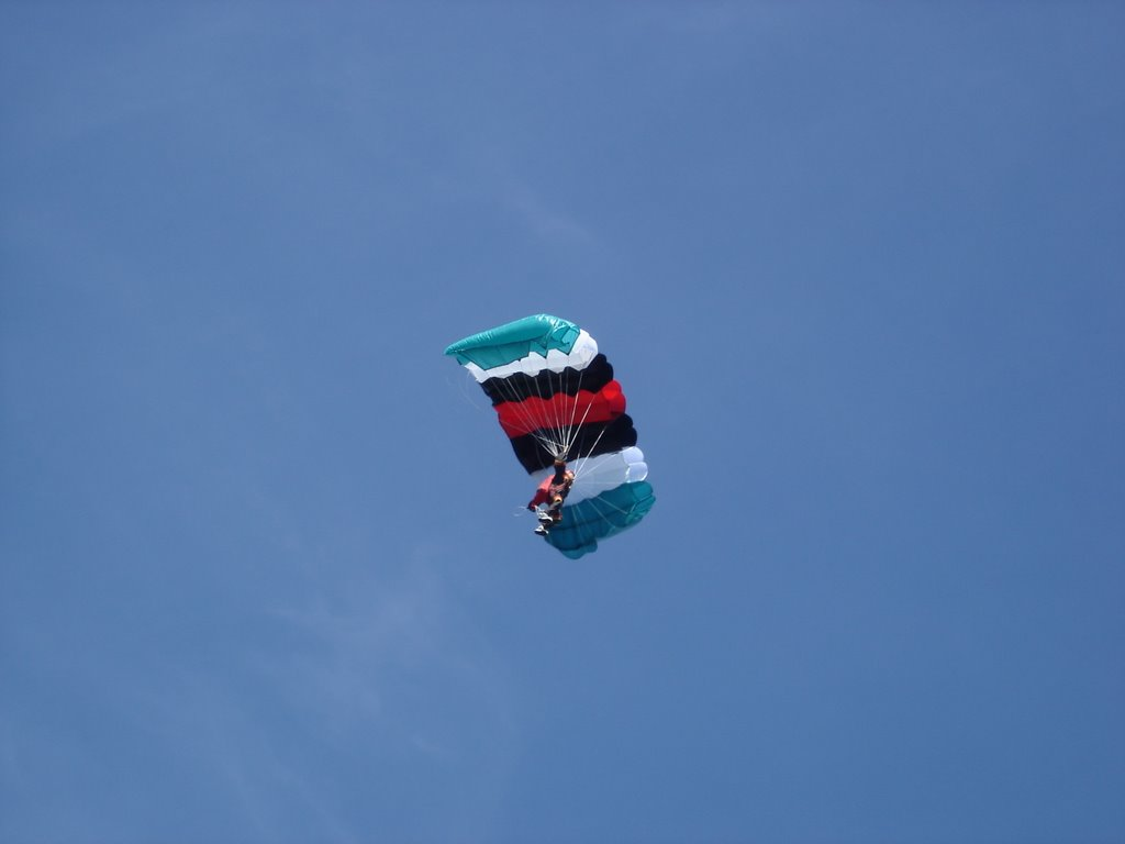 Kleiner Fallschirm in grün, weiß, schwarz und rot